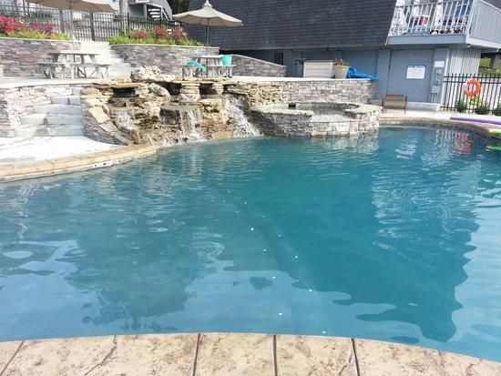Alpine Lodge: Pool and hot tub