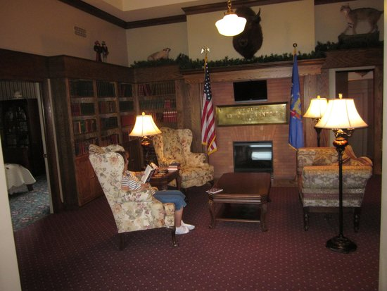 Carnegie Hall Bed & Breakfast: Library sitting room, with fireplace