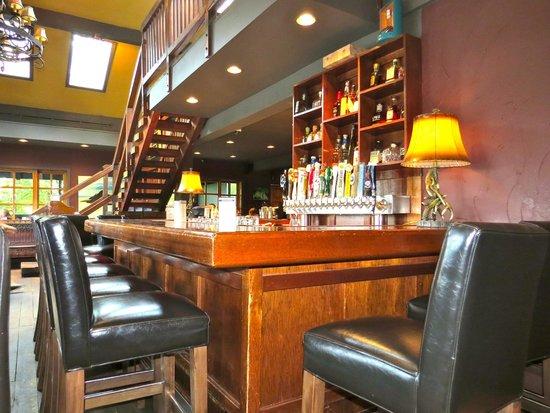 Lou's Grill: Interior 2