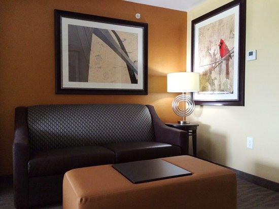 Holiday Inn Express Hotel & Suites St Louis Airport: Suite Seating Area
