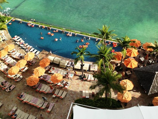 Sheraton Waikiki : the view from our ocean front room on the SPG preferred floor