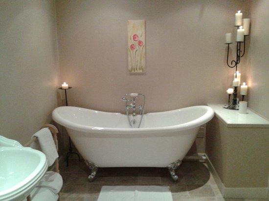 Brambles Boutique Rooms: Baño con ducha y bañera