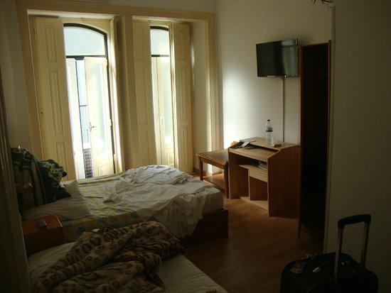 Residencia Mar dos Acores : Escrivaninha, televisão e guarda-roupa