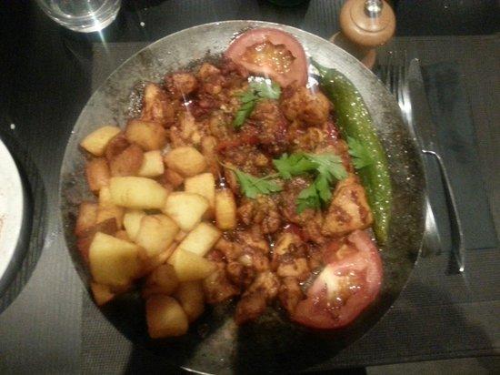 Le Sahan : Poulet servi avec des pommes de terres sautées.