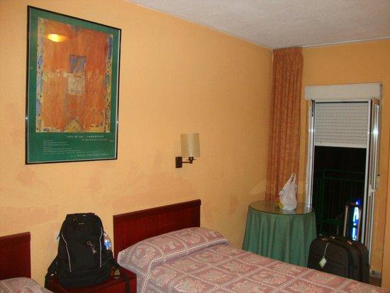 Pension Alcazaba: Quarto duplo  e janela -> vista da rua