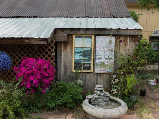Ambiance Inn Bed and Breakfast - TEMPORARILY CLOSED: More Back Yard Charm