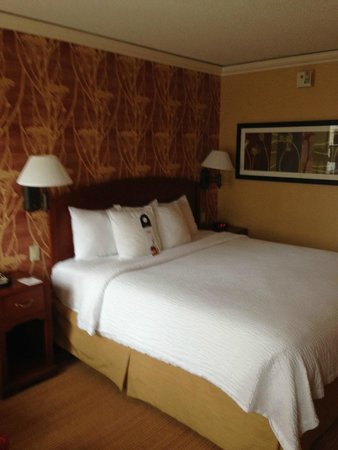 Courtyard Chicago Downtown/Magnificent Mile : Comfortable Courtyard bed