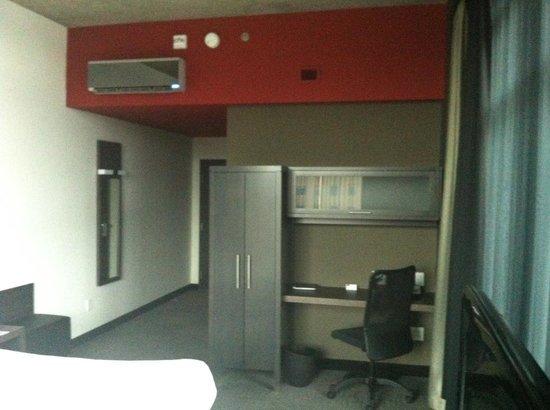 Grand Times Hotel Sherbrooke : Desk Area