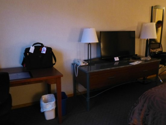 Best Western Invermere Inn: Flat Screen TV and desk