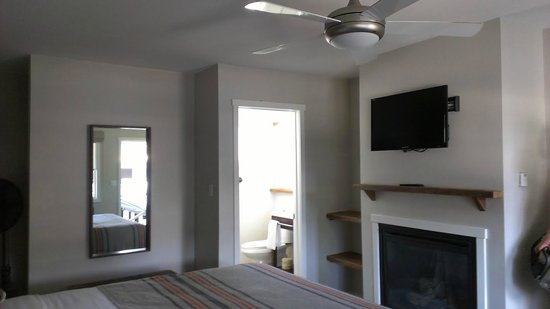 Basecamp South Lake Tahoe: ceiling fan + not working fireplace