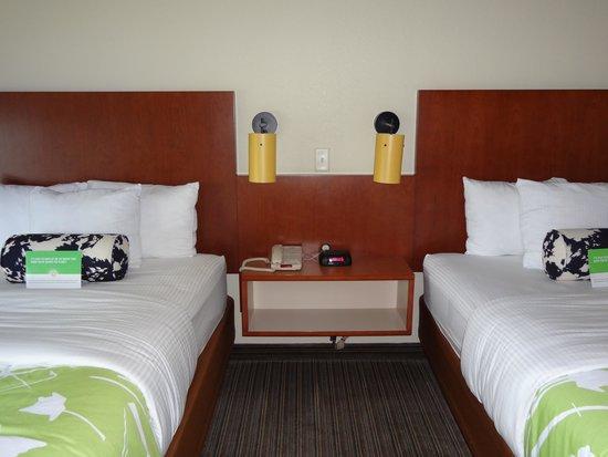 La Quinta Inn & Suites Dallas Love Field : Beds, phone, storage space