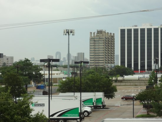 La Quinta Inn & Suites Dallas Love Field : Front of room; Downtown Dallas in the distance