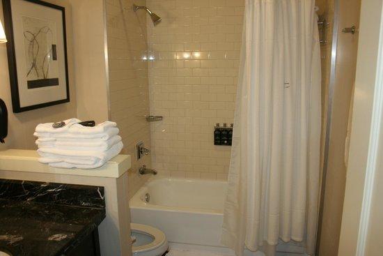 Kimpton Alexis Hotel: Bathroom