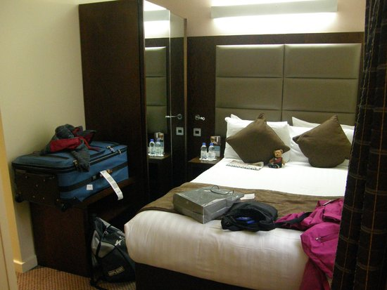 Mercure London Paddington Hotel: My room - 205 (excuse the mess)