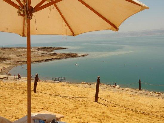 Kempinski Hotel Ishtar Dead Sea: Sombrillas protectoras del inofensivo sol