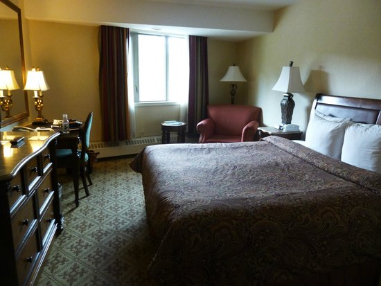 Lake Louise Inn: King size bed
