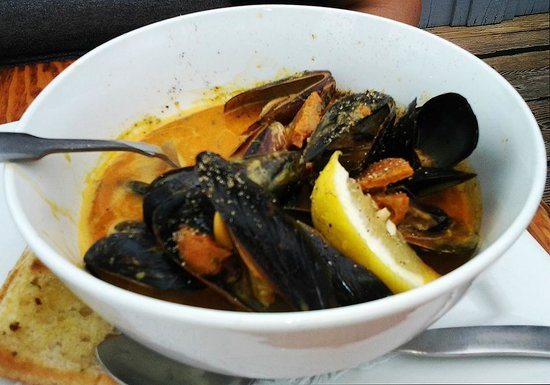 Flying Beaver Bar & Grill: The mussels appetizer we ordered