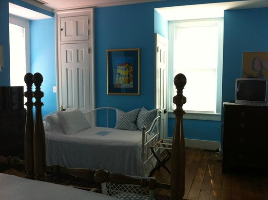 15 Church Street Bed & Breakfast - Phillips-Yates-Snowden House : Blue room daybed