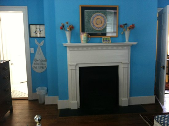 15 Church Street Bed & Breakfast - Phillips-Yates-Snowden House : Blue room fireplace