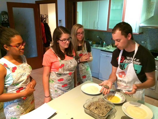 Barcelona Slow Travel : Guille teaching students how to make croquettes