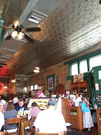 Schilo's Delicatessen : dining room