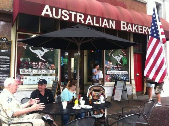 Australian Bakery Cafe: Sitting outside