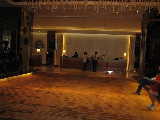 Holiday Inn Shanghai Pudong: フロントは少し奥まった場所です