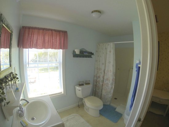 Blue Whale Inn: FULL PRIVATE BATH IN ALL ROOMS & SUITES