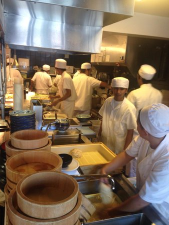 Marukame Udon Waikiki : chaotic kitchen that cranks out he udon