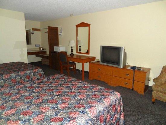 GuestHouse Aberdeen Inn: Le coin TV, frigo, micro ondes, lavabo