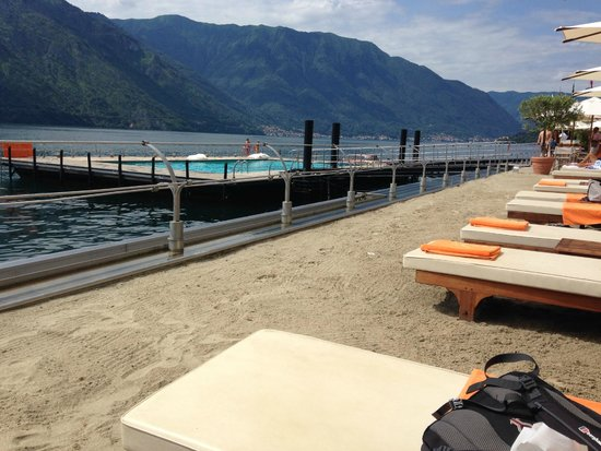 Grand Hotel Tremezzo: View from our sun lounger at the beach bar (with hotel, on the lake, private pool!)