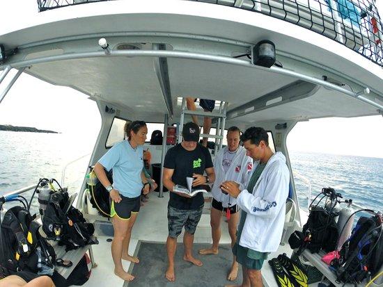 Big Island Divers : Giving a little instruction enroute