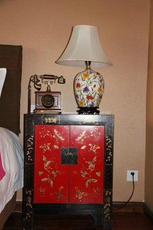Red Wall Garden Hotel: bedside table