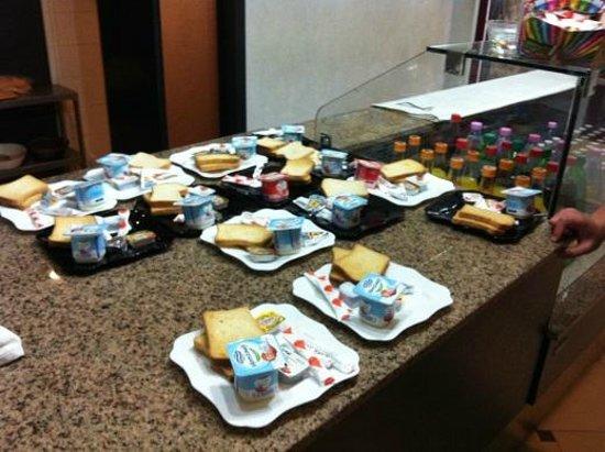 Hotel Dar El Ikram: pre-set breakfast