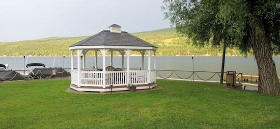 Keuka Lakeside Inn: Gazebo by the water