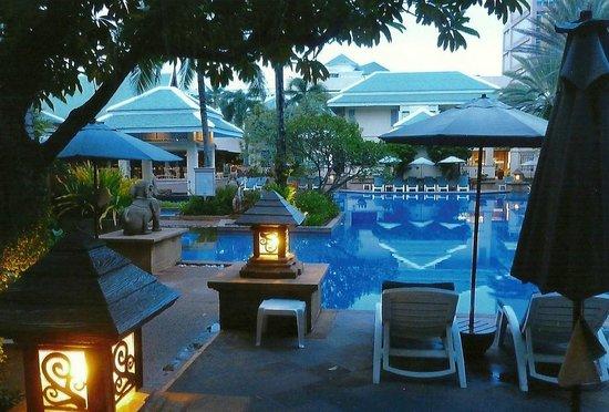 Holiday Inn Resort Phuket: Night view standiung at the door of my room