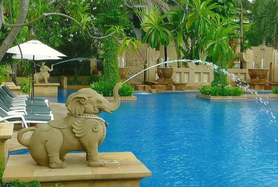 Holiday Inn Resort Phuket: An elephant fountain into the pool