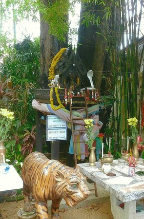 Holiday Inn Resort Phuket: The small beautiful shrine on the walk to The Holiday Inns