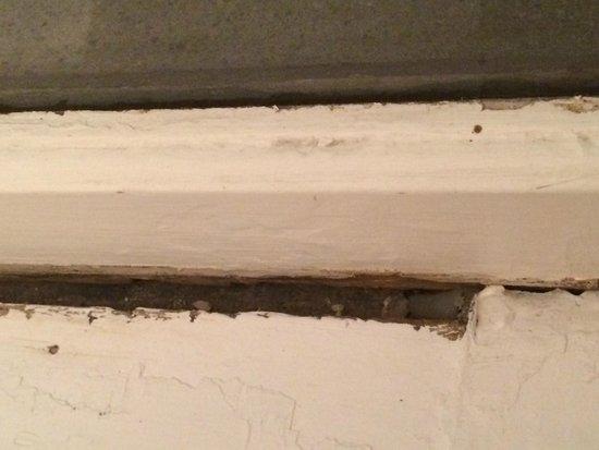 Albert Street Inn: Rotten window frame