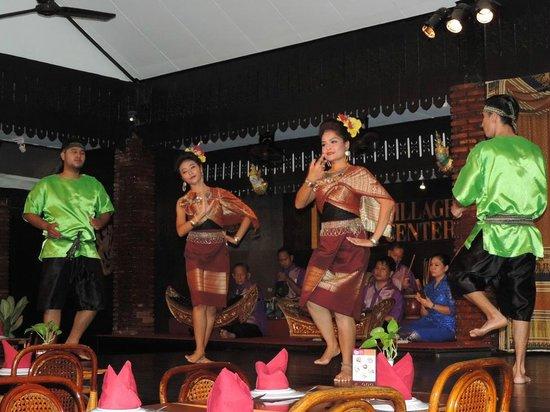 Silom Village Restaurant : A Thai dance at the restaurant