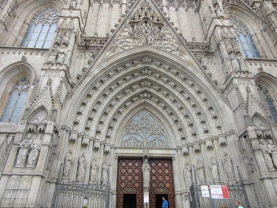 Barcelona Cathedral: 外観、結構凝った造りです。