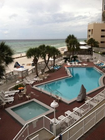 Palmetto Inn & Suites : View of the pool from our balcony.