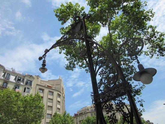 Paseo de Gracia (Passeig de Gracia): 素敵な街灯があります。