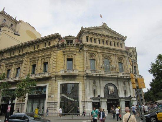 Paseo de Gracia (Passeig de Gracia): 絵になる建築物が沢山あります。