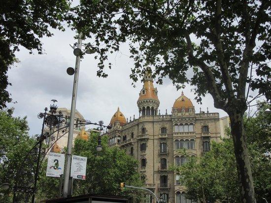 Paseo de Gracia (Passeig de Gracia): カタルーニャ広場からすぐの建物。