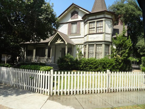 Warner Bros. Studio Tour Hollywood : ali's house- pretty little liars