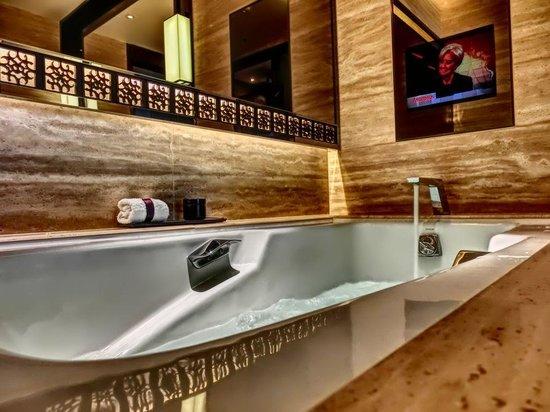 The Ritz-Carlton, Hong Kong : バスタブ。テレビ付き。