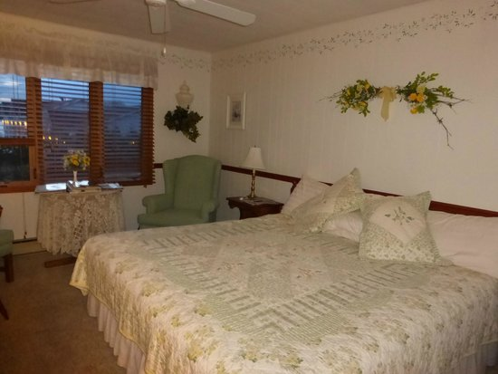 Village Green Lodge: Guest room