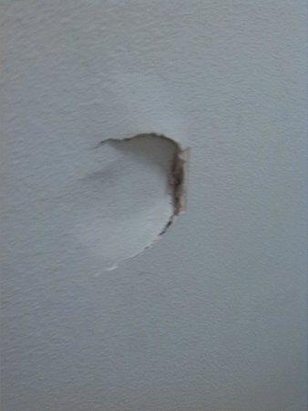 Hollin Hall Hotel: big hole in the wall behind the door..