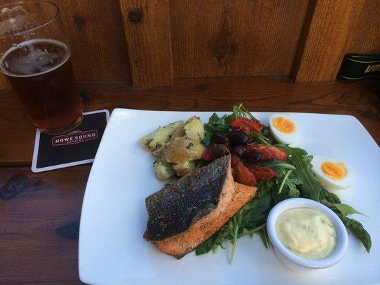 Howe Sound Brew Pub : Salade Nicoise mit Forelle